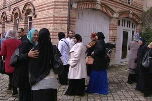 Des parents d'élèves de l'école musulmane de la Chapelle saint Mesmin (Loiret) dans l'enceinte du tribunal administratif d'Orléans