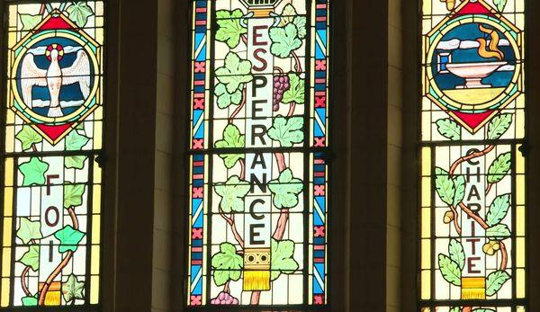 Le vitrail en forme de triptyque ornant la façade du temple de Saintes.