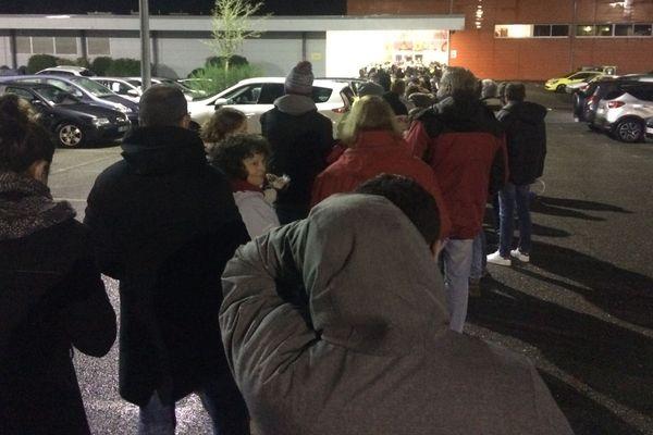 Il y a foule le 19 décembre au matin devant la billetterie des Vieilles Charrues à Carhaix