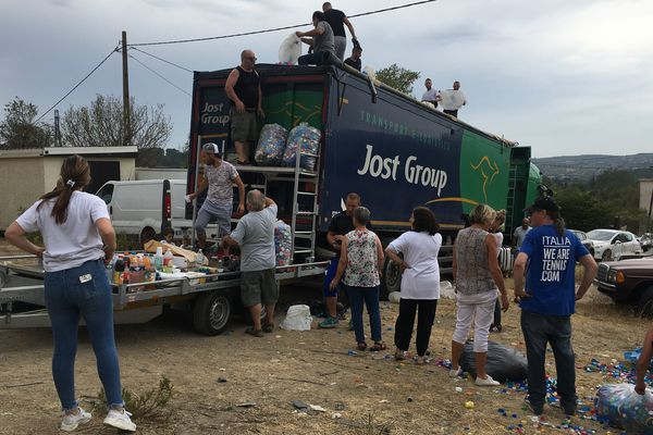 Les bénévoles en train de remplir le camion avec les bouchons qui partent pour la Belgique.