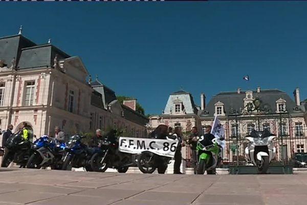 Les motards se sont rassemblés devant les grilles de la préfecture à Poitiers ce 22 juin 2018