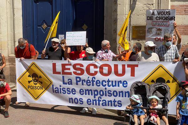 Des habitants du village de Lescout manifestent ce jeudi 29 juillet devant la préfecture du Tarn à Albi, contre le permis de construire l'extension d'un élevage de poules pondeuses qui produit des odeurs nauséabondes. 2021.