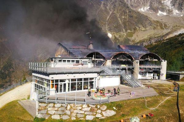 Les pompiers à pied d'oeuvre pour éteindre le feu de la gare du téléphérique des Grands Montets, à Chamonix
