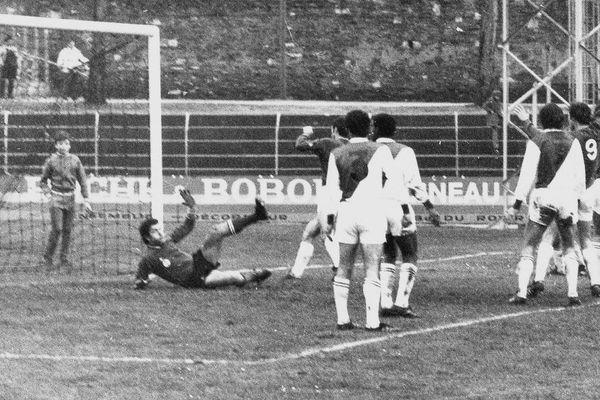 SCO Angers - Monaco (4-1), le 9 janvier 1972 à Angers pour le compte de la 20ème journée du championnat de France de Division 1. De g. à d. : Jean-Pierre Carayon (gardien Monaco), Pierre Mosca (3), Yvon Chomet, Robert Dewilder, Jean-Paul Gaidoz (9), André Guesdon.