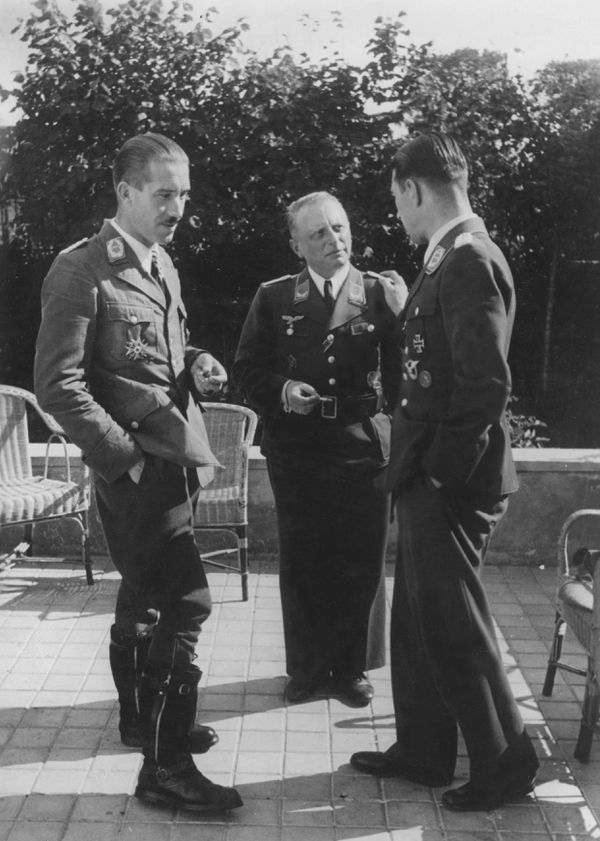 Adolf Galland et Werner Mölders sur la terrasse du QG du Colombier en septembre 1940.