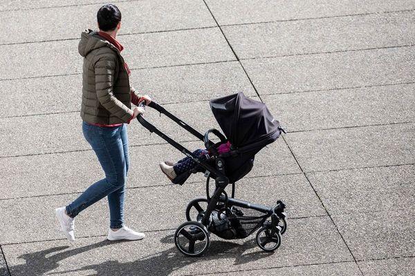 En famille monoparentale, l'enfant vit à 84 % avec sa mère.