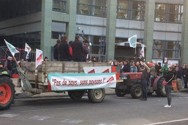 Valence : les agriculteurs manifestent devant la préfecture de la Drôme