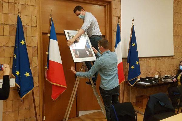 """Faches-Thumesnil : Patrick Proisy, le maire, décide de décrocher le portrait d'Emmanuel Macron pour contester sa politique climatique """"inexistante"""""""