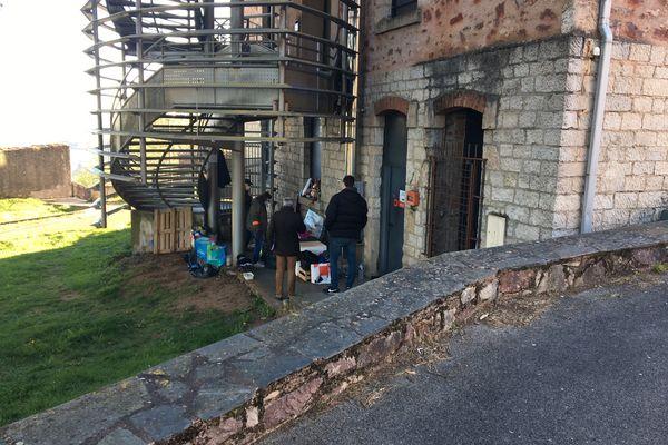 """Le """"Monsieur du viaduc"""" vivait au pied de cet escalier de secours de l'université Champollion à Rodez depuis décembre 2019."""