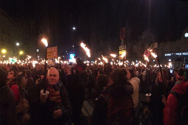 Défilé aux flambeaux à l'appel de l'intersyndicale FSU, CGT, SUD-Solidaires, UNSA et UNL devant la gare Thiers de Nice.