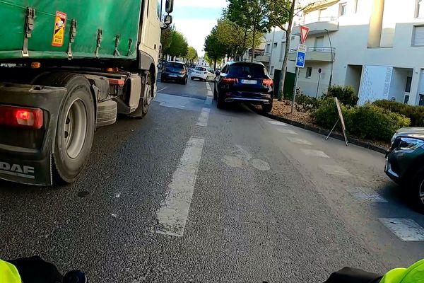 Pris en étau entre un camion et une voiture, le cycliste a évité l'accident de justesse.