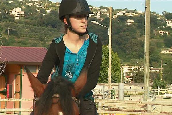 Emmanuelle Lavergne a appris à monter à cheval après son accident et participe à des compétitions.