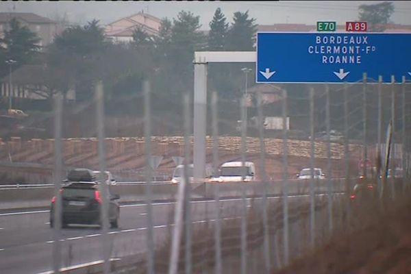 Sur l'A89 à la hauteur de Lyon en direction de Bordeaux, un poids lourds à percuter la glissière centrale.