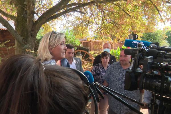 Marine le Pen, présidente du Rassemblement national, s'est rendue au Ranch de l'espoir dans l'Yonne, lundi 21 septembre 2020, pour apporter son soutien au refuge animalier où trois équidés ont été mutilés au mois d'août.
