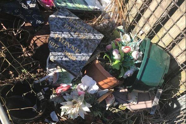 De nombreux objets funéraires ont été détruits dans le cimetière de Flagnac (Aveyron)