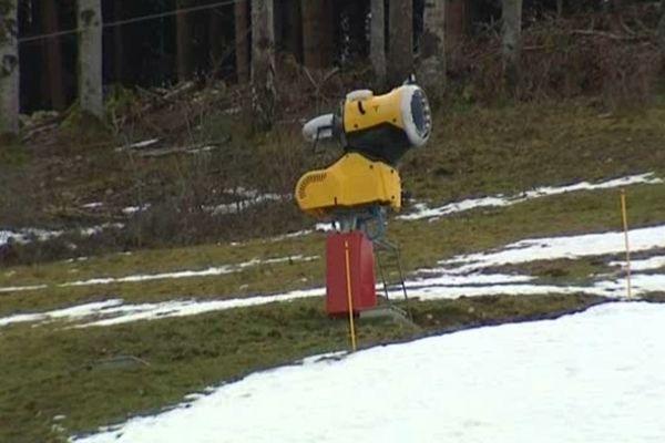 A Foncine-le-Haut, seule la piste pour les enfants est ouverte, faute d'un enneigement suffisant.