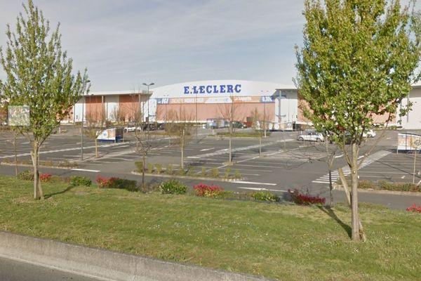 Le centre commercial Leclerc au Plessis Belleville dans l'Oise a une surface de 23.000 m². Sa galerie marchande est donc concernée par la fermeture obligatoire annoncée par Jean Castex le 28 janvier.