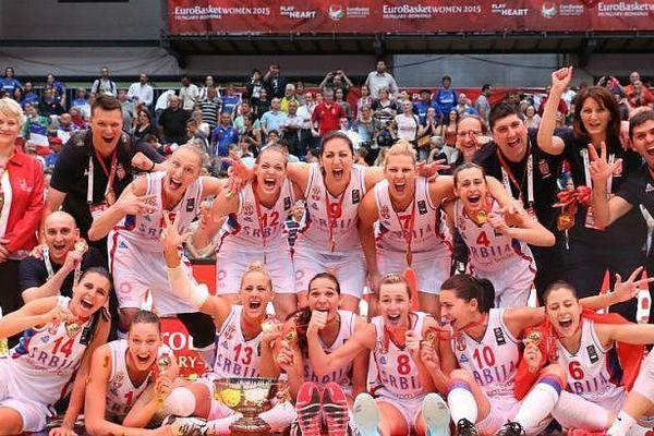La joie des basketteuses françaises enfin vainqueurs de la Serbie à Prague.