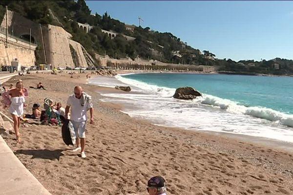 La plage principale de Villefranche-sur-Mer un jour de soleil en hiver.