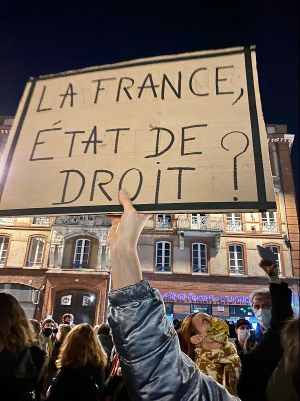 """Les manifestants dénoncent une loi """"liberticide""""."""