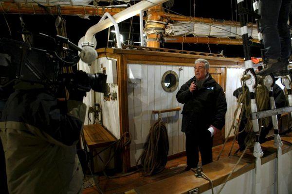 04/02/2005. L'animateur de télévision Georges Pernoud présente l'émission THALASSA en direct de Port Saint Louis du Rhône (Bouches-du-Rhône) à bord du voilier Le Marite