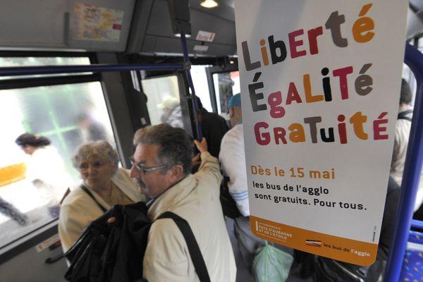 Des usagers descendent d'un autobus à Aubagne (Bouches-du-Rhône), le 15 mai 2009 lors de la première journée de gratuité du réseau de bus de la ville.