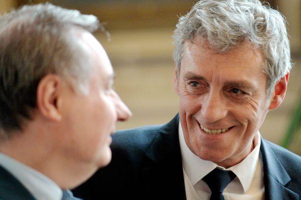 """Jean-Luc Moudenc, maire de Toulouse (à gauche) et Philippe Saurel, maire de Montpellier signent un """"accord-cadre de partenariat"""" à l'Opéra de Montpellier - 30 janvier 2016"""