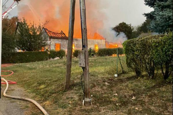 L'atelier de 300 mètres carrés a pris feu ce dimanche 5 septembre vers 6H du matin.