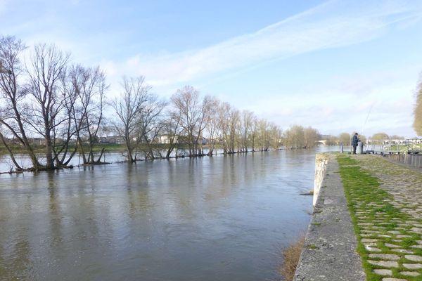 Un homme pêche en bord de Loire à Orléans