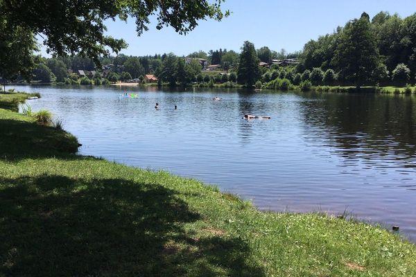"""Des baigneurs au lac d'Haspelschiedt en Moselle, dont la qualité de l'eau est jugée """"excellente"""" par l'ARS pour l'été 2020."""