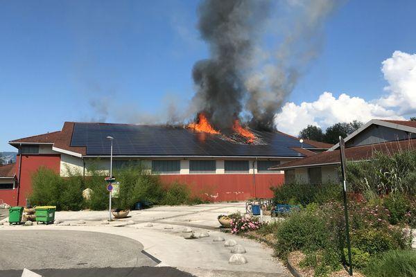 La toiture du gymnase de Montbonnot-Saint-Martin (Isère) a pris feu le 14 juin 2021.