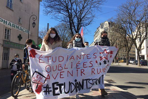 Une quinzaine de lycéens et d'étudiants ont dénoncé leur précarité dans les rues de Limoges