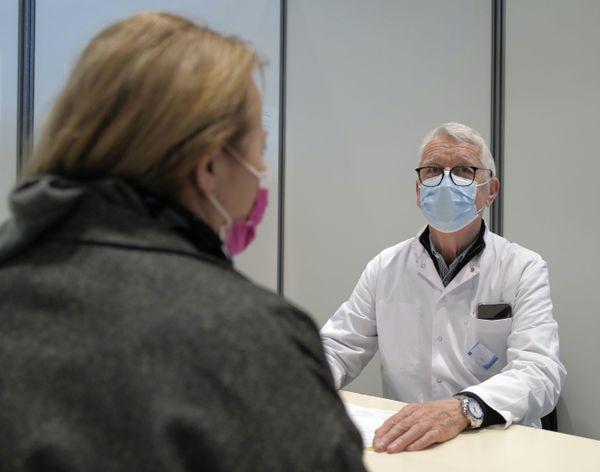 Lesmédecinsassurent aussi les entretiens préalables à lavaccinationdes patients.