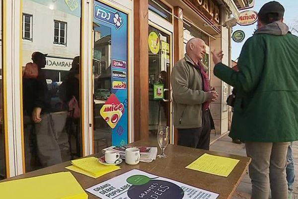 À Lormes, le grand débat se veut populaire et il vient à la rencontre des habitants devant les cafés.