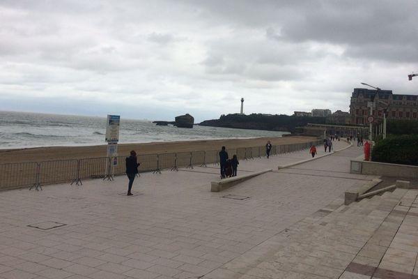 Se promener au bord des plages est de nouveau possible depuis ce mardi, comme ici à Biarritz. Se promener sur les plages sera probablement possible dès ce week-end.