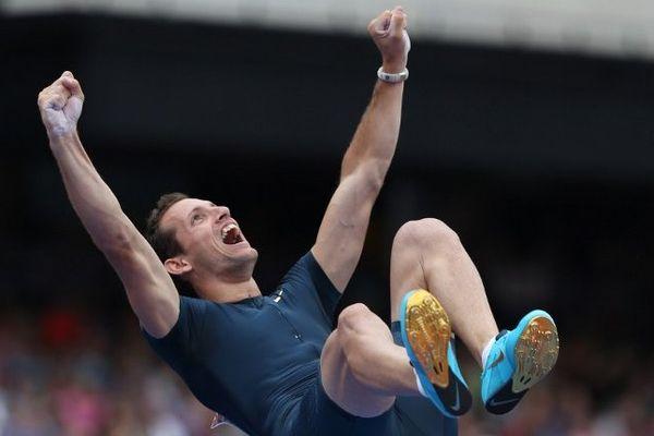 Après avoir franchi la barre des 6,02 mètres, Renaud Lavilenie a tenté de franchir les 6,16m...sans succès. Qu'importe, le clermontois a réalisé une fois de plus la meilleure performance mondiale.
