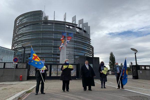 En octobre 2020, des eurodéputés avaient manifesté devant le Parlement européen pour le rétablissement des sessions plénières à Strasbourg.