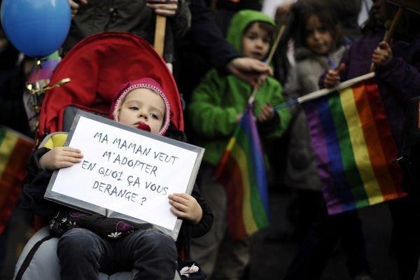 Dans le cortège, des gays, des lesbiennes, mais aussi des hétéros, tous unis autour d'une même cause : l'égalité des droits pour tous.