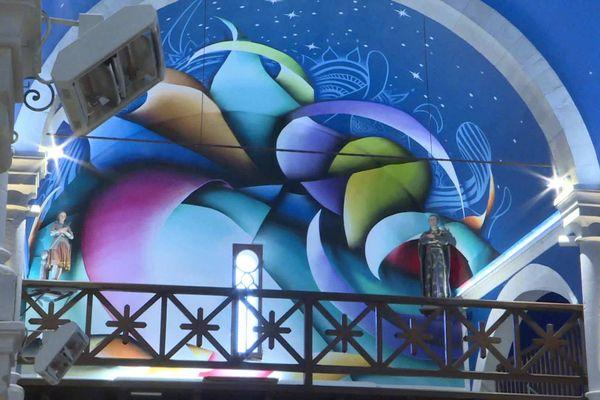 Des couleurs plus sombres pour la fresque ornant le narthex de l'église.
