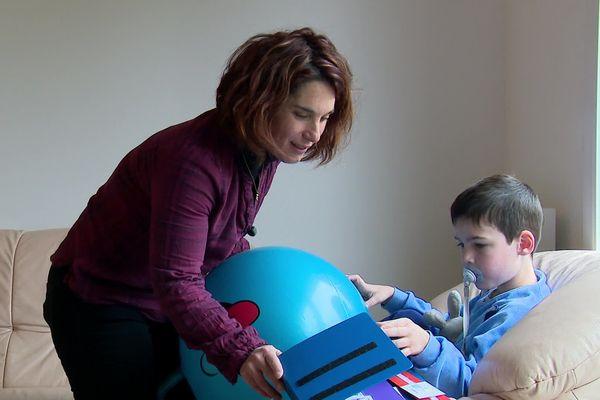 Stéphanie Blandin et son fils Raphaël, atteint d'autisme