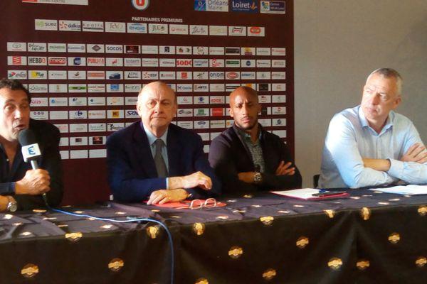 """Didier Nourault, micro à la main, a présenté son projet """"objectif 2020"""" lors d'une conférence de presse."""