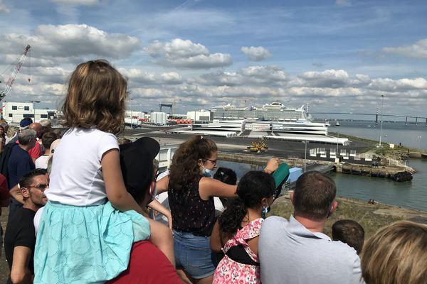 Le public était venu très nombreux pour profiter depuis la terrasse panoramique du départ du Wonder of the Seas