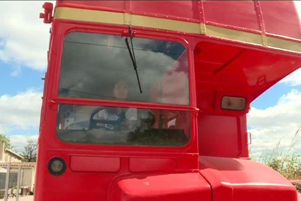 Audrey au volant de son bus londonien, transformé en restaurant, à Nîmes