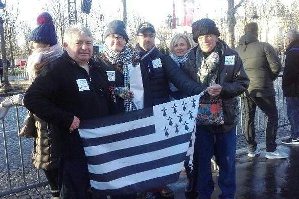Yves Le Zallic avec des membre du fan-club de Johnny Halliday, le JH 56, sur les Champs Élysées ce samedi 9 décembre