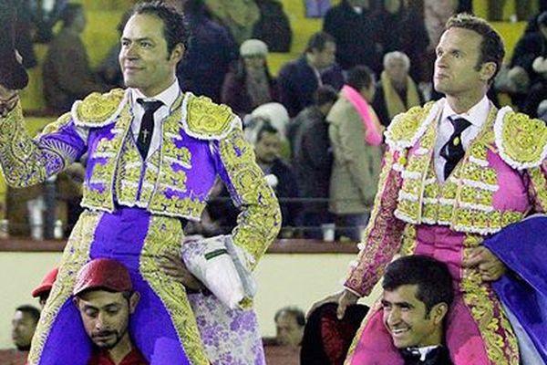 Angelino et Ferrera portés en triomphe après le mano a mano de Tlaxcala. Qui porte Antonio Ferrera sur ses épaules? Le matador mexicain Joselito Adame, hilare!