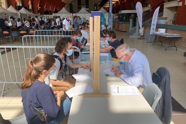 De nombreux bénévoles sont mobilisés au centre de vaccination de Marcq-en-Barœul pour assurer le bon déroulement du parcours de vaccination. Ici, ils pré-remplissent les documentsd'information sur les patients avant qu'ils ne se fassent vacciner.