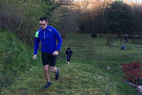 Damien Gadet, au début de son périple fou : un marathon dans son jardin d'Ambazac, pour récolter des fonds pour le personnel soignant du CHU de Limoges.