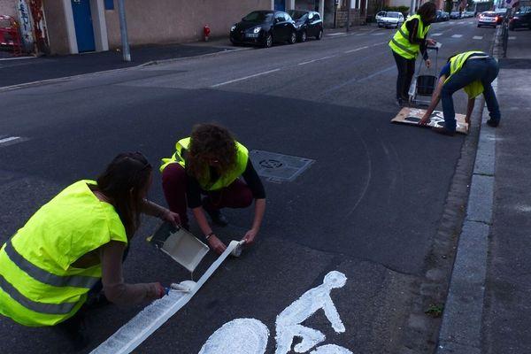 Puisqu'il n'y a pas de pistes cyclables, pas même de bandes cyclables, route du Général de Gaulle, l'un des principaux axes de circulation de la Ville, les militants du collectif Vélorution Strasbourg les ont symboliquement créées eux-mêmes, mardi 23 avril.