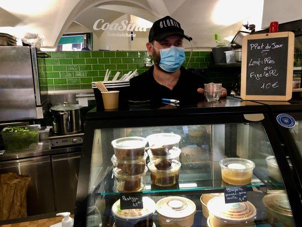 Masque sur le visage et éternelle casquette vissée sur le crâne, Franck attend les prochains clients