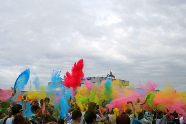 Lors de l'édition 2019 de la Roskolor, à Roscoff, une course colorée au profit des malades atteints de mucoviscidose